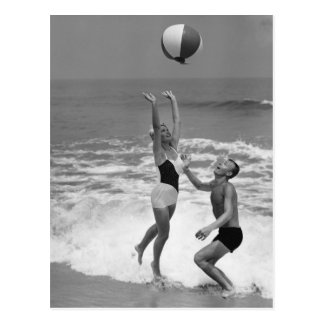 Cartão Postal Casal que joga com um Beachball