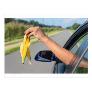 Cartão Postal Casca deixando cair do braço da janela de carro da