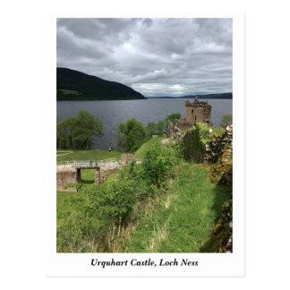 Cartão Postal Castelo de Urquhart em Loch Ness, montanhas