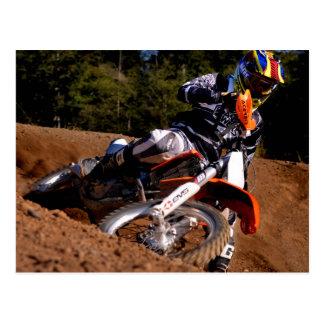 Cartão Postal Cavaleiro do motocross que compete com a volta