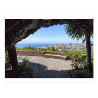 Cartão Postal Cave a probabilidade no mar e na vila em Madeira