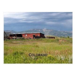 Cartão Postal celeiro vermelho em uma pradaria de Colorado