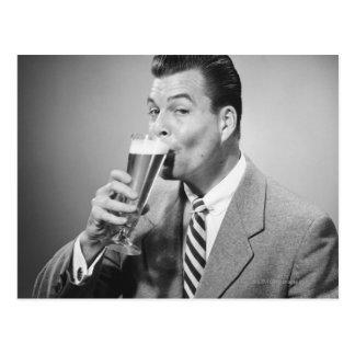 Cartão Postal Cerveja do bebendo do homem de negócios