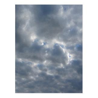 Cartão Postal Céu morno com as nuvens de cúmulo-nimbo dos