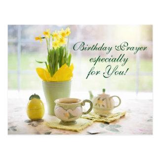 Cartão Postal Chá e Daffodils bonitos da oração do aniversário