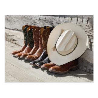 Cartão Postal Chapéu de vaqueiro na fileira de botas de vaqueiro