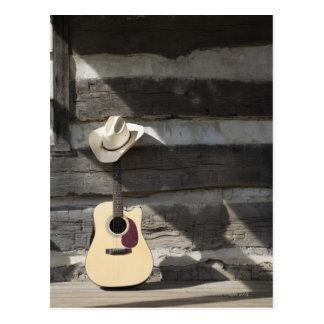 Cartão Postal Chapéu de vaqueiro na guitarra que inclina-se na