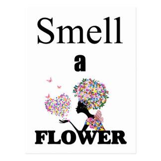 Cartão Postal Cheire uma flor