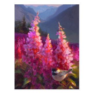 Cartão Postal Chickadee em Wildflowers do Alasca com montanhas