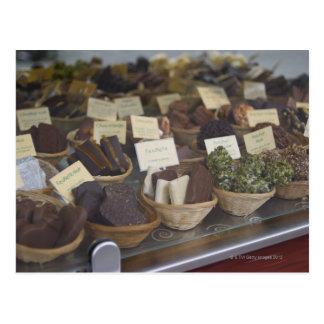 Cartão Postal Chocolates na janela de mostra