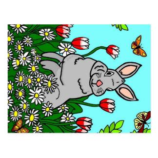 Cartão Postal Coelho do primavera em um jardim das flores