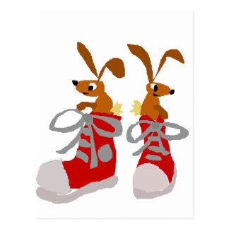 Cartão Postal Coelhos engraçados de Brown nas sapatilhas