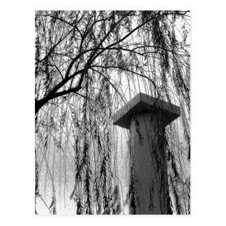 Cartão Postal Coluna sob a imagem preto e branco Weeping da