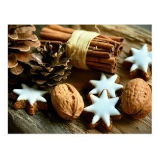 Cartão Postal Comida festiva do Natal. Canela, loucos e estrelas