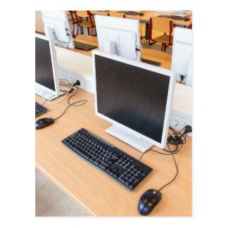 Cartão Postal Computador de secretária na classe do computador
