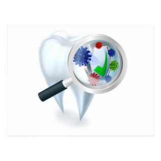 Cartão Postal Conceito das bactérias da lupa do dente