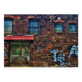 Cartão Postal Construção de tijolo abandonada Windows barrado
