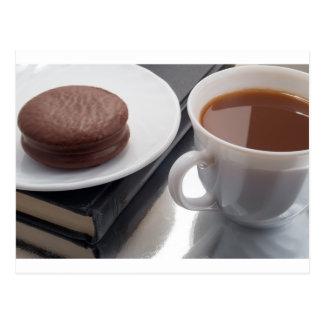 Cartão Postal Copo branco com cacau e o biscoito com cobertura