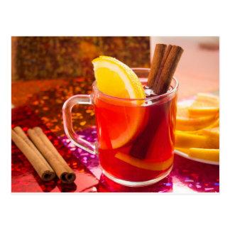 Cartão Postal Copo transparente do chá com citrino e canela