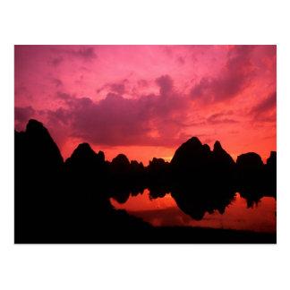 Cartão Postal Cor bonita no por do sol de montanhas da pedra