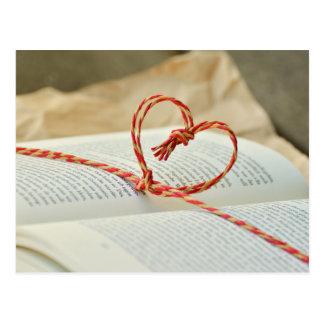 Cartão Postal Coração em um livro