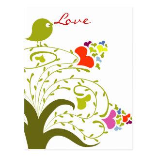 Cartão Postal Corações e passarinho do amor em uma árvore bonito