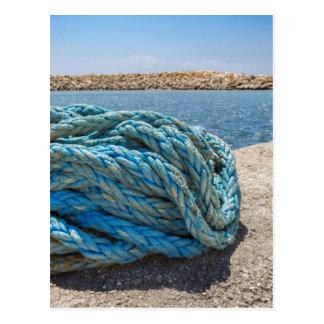 Cartão Postal Corda azul Coiled da amarração na água na caverna
