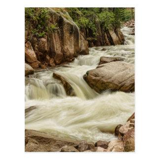 Cartão Postal Córrego de conexão em cascata da montanha rochosa
