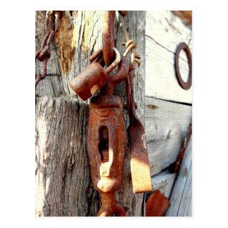 Cartão Postal Corrente e ferramentas velhas oxidadas