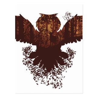 Cartão Postal Coruja e paisagem da floresta do outono