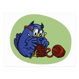 Cartão Postal Coruja pequena tricota um cachecol