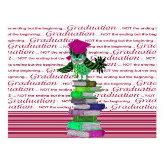 Cartão Postal Coruja que veste o boné sobre livros, formando do