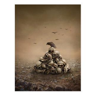 Cartão Postal Corvo que senta-se em uma pilha dos Sculls