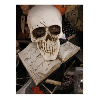 Cartão Postal Crânio no livro