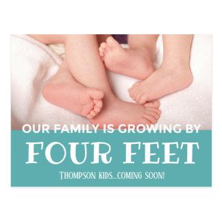 Cartão Postal Crescimento azul por 4 pés de bebê novo da adopção