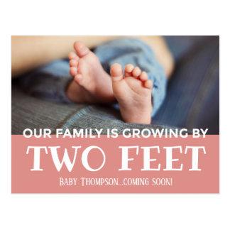 Cartão Postal Crescimento cor-de-rosa por dois das listras pés