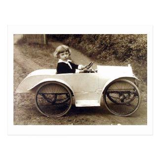 Cartão Postal Criança da rapariga com vintage do carro do pedal