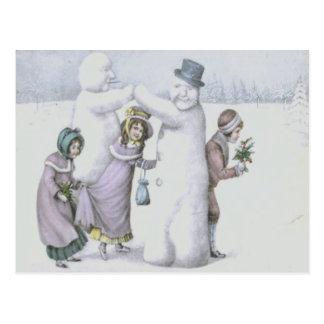 Cartão Postal Crianças do boneco de neve que jogam o campo de