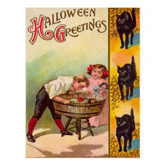 Cartão Postal Crianças que sacodem-se para o gato preto das
