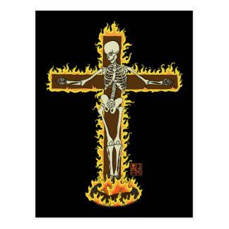 Cartão Postal Crucifixo de esqueleto flamejante em um Pyre