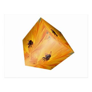 Cartão Postal Cubo amarelo com inseto e flor da abelha