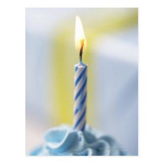 Cartão Postal Cupcake com vela, fim-acima (foco na chama)