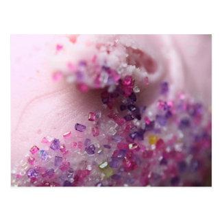 Cartão Postal Cupcake cor-de-rosa com açúcar cor-de-rosa e roxo