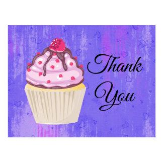 Cartão Postal Cupcake doce com a framboesa no obrigado superior