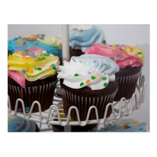 Cartão Postal Cupcakes do chocolate em um suporte 2 do bolo