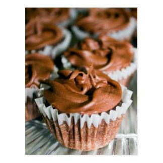 Cartão Postal Cupcakes do fosco do chocolate em uma foto da