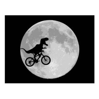 Cartão Postal Dinossauro em uma bicicleta no céu com lua