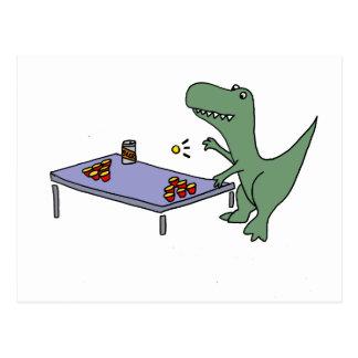 Cartão Postal Dinossauro engraçado de T-rex que joga a cerveja