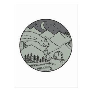 Cartão Postal Do círculo tocante do Brontosaurus do astronauta