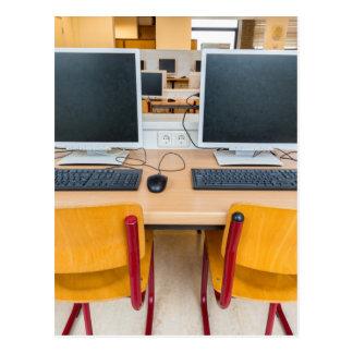 Cartão Postal Dois computadores na sala de aula no segundo grau